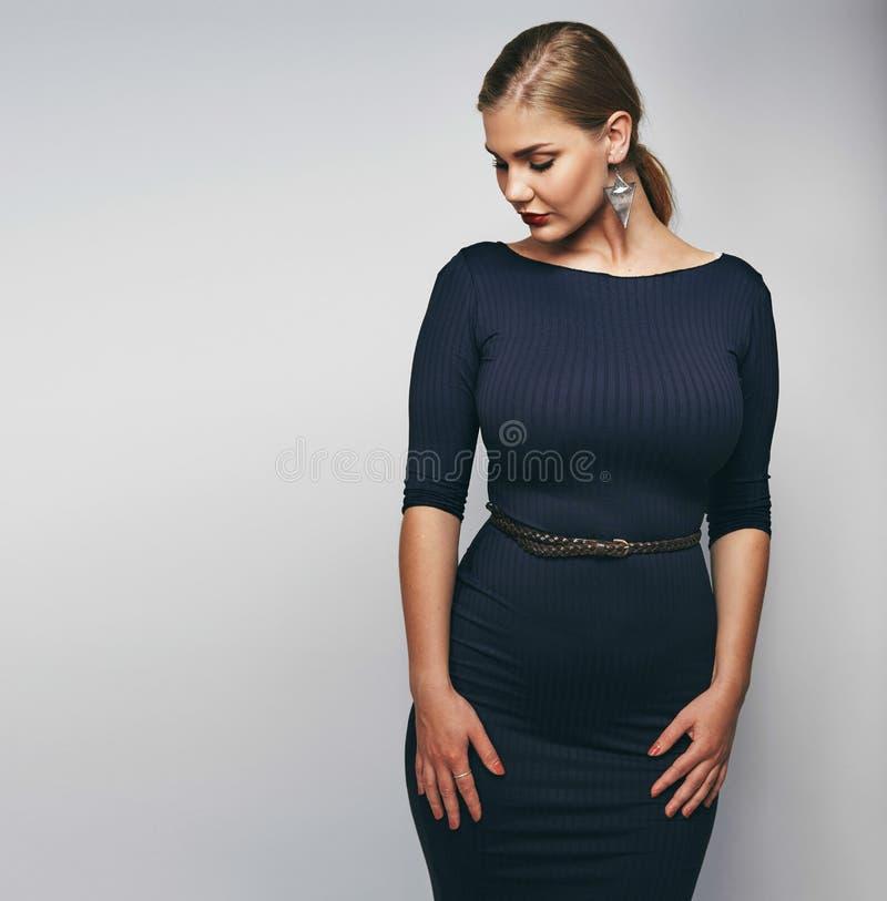 Elegante junge Dame im schwarzen Kleid lizenzfreie stockbilder