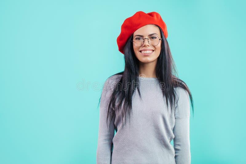 Elegante junge französische Frau in den Gläsern lizenzfreies stockfoto