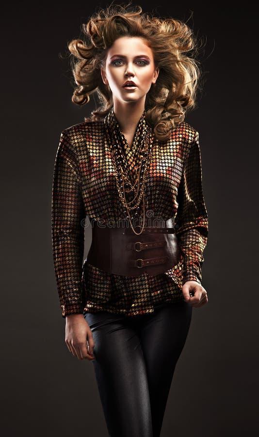 Elegante junge Frau stockfoto