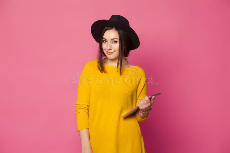Elegante junge Frau, die Tablette verwendet stockfoto