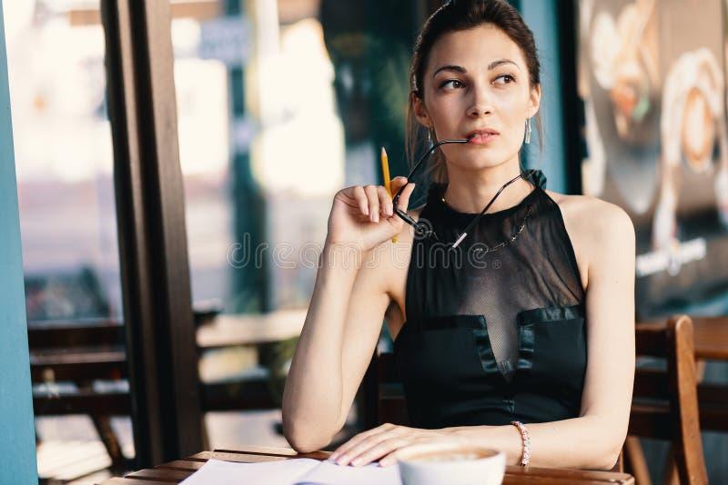 Elegante junge Frau entfernte ihre Gläser beim Machen einer Pause ihrer Tagesordnung lizenzfreies stockbild
