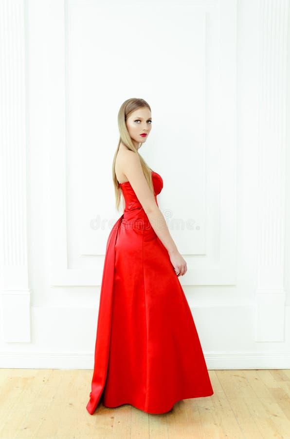 rote kleider 38 trendige kleider f r die saison 2018. Black Bedroom Furniture Sets. Home Design Ideas