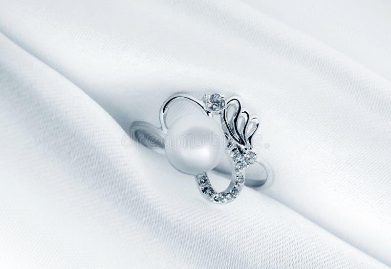 Elegante juwelenring met juweelparel stock afbeeldingen