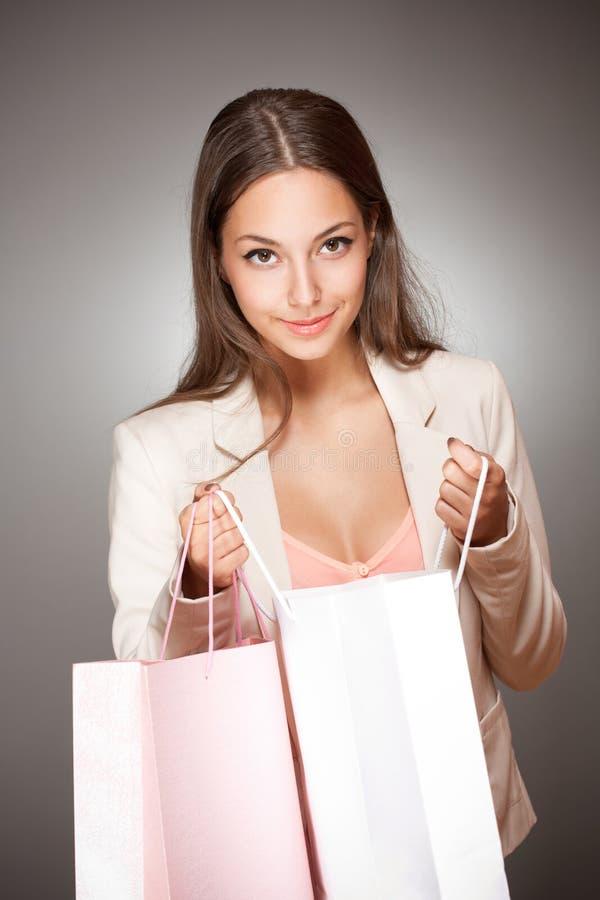 Elegante kühle Einkaufsschönheit. stockbilder