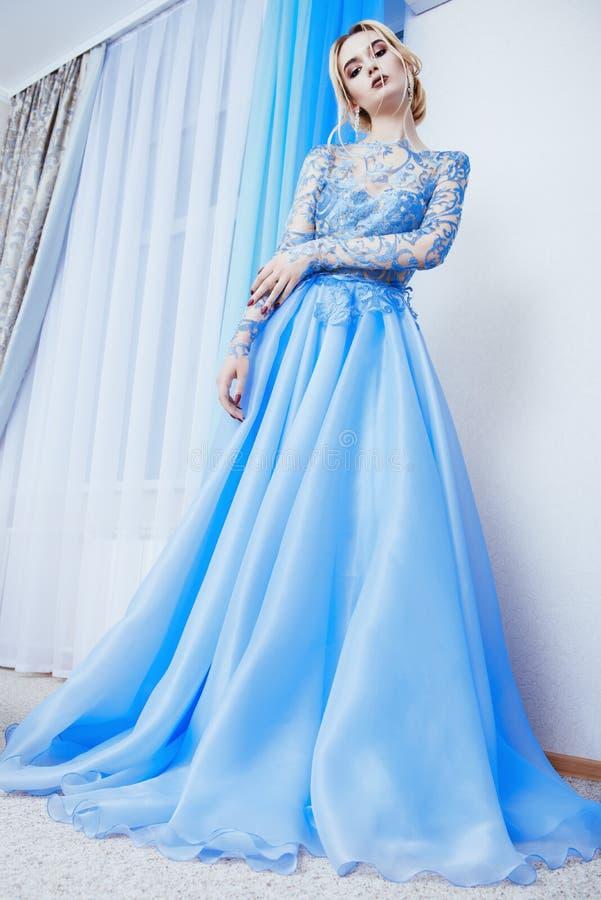 Elegante lange blauwe kleding royalty-vrije stock afbeeldingen