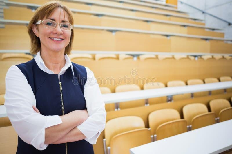 Elegante leraar die zich in de lezingszaal bevinden stock afbeeldingen