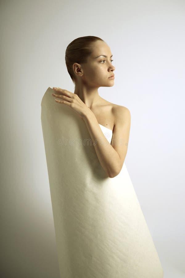 Elegante Mädchen mit Papier stockfotos