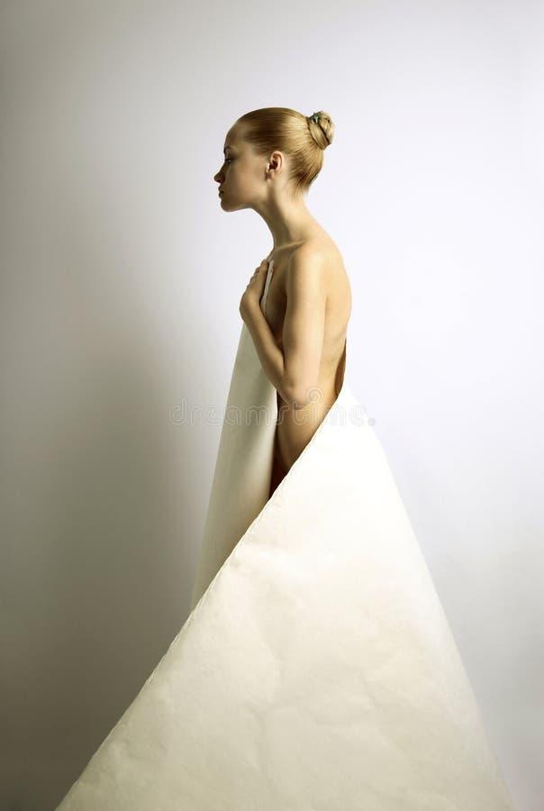 Elegante Mädchen mit Papierkleid stockbilder
