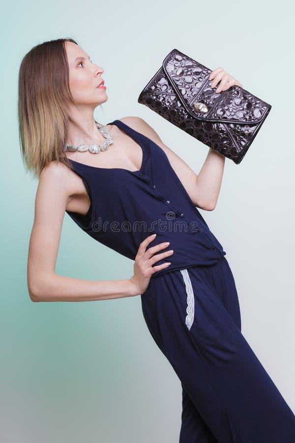 Elegante maniervrouw met leerhandtas stock foto's