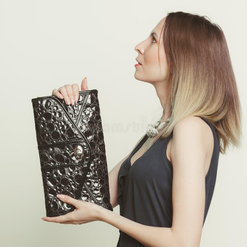 Elegante maniervrouw met leerhandtas royalty-vrije stock afbeeldingen