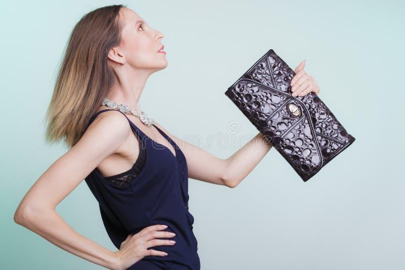 Elegante maniervrouw met leerhandtas stock afbeeldingen