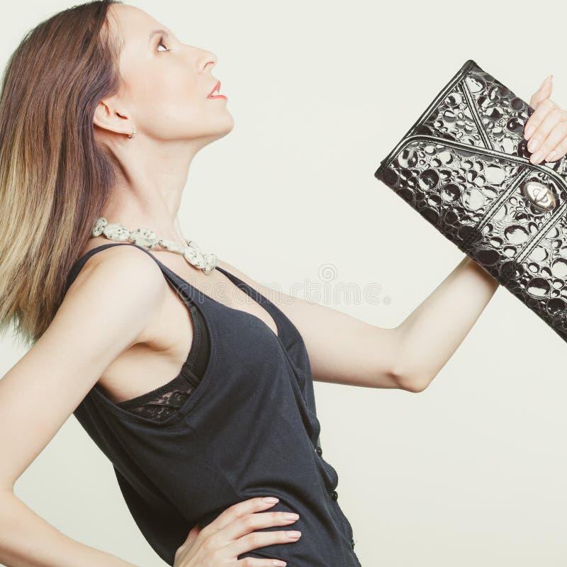Elegante maniervrouw met leerhandtas stock foto