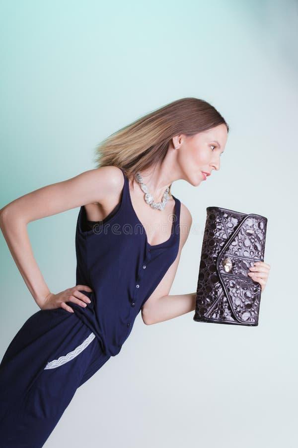 Elegante maniervrouw met leerhandtas royalty-vrije stock afbeelding