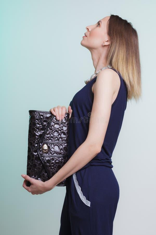 Elegante maniervrouw met leerhandtas royalty-vrije stock fotografie