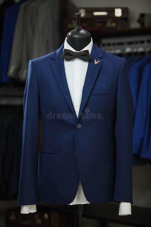 Elegante mannelijke ledenpop die de smoking van luxekostuums en mannelijke maniertoebehoren voorstellen stock afbeelding