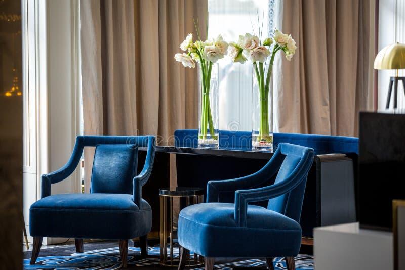 Elegante marineblauwe leunstoelen royalty-vrije stock afbeeldingen