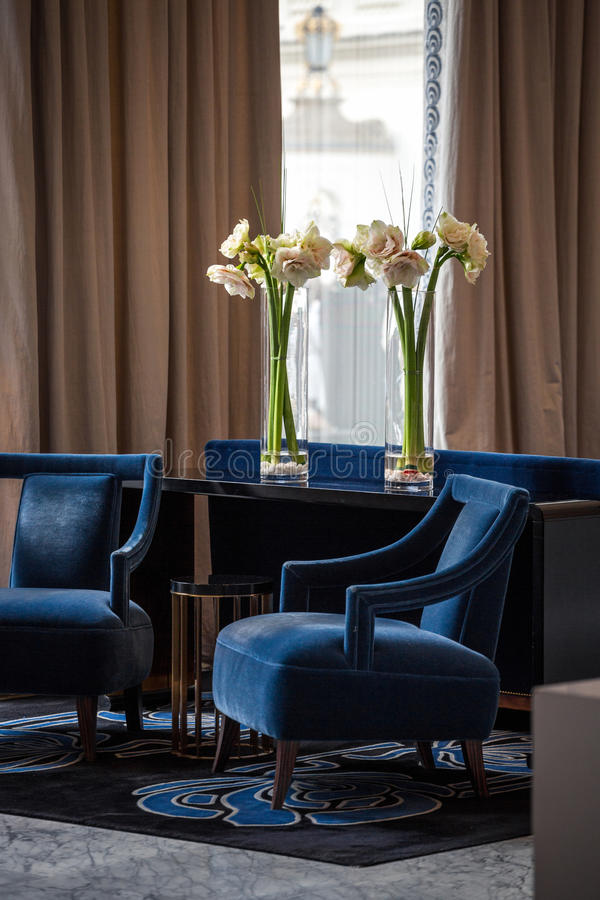Elegante marineblauwe leunstoelen royalty-vrije stock fotografie