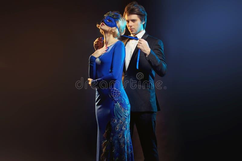 Elegante mens die het blauwe masker binden royalty-vrije stock fotografie