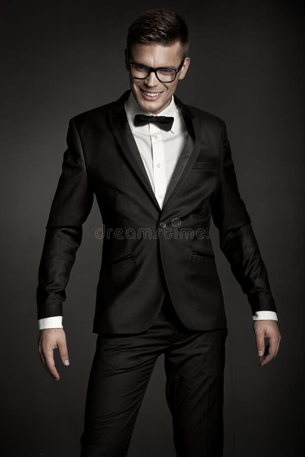 Elegante mens die kostuum draagt stock afbeeldingen