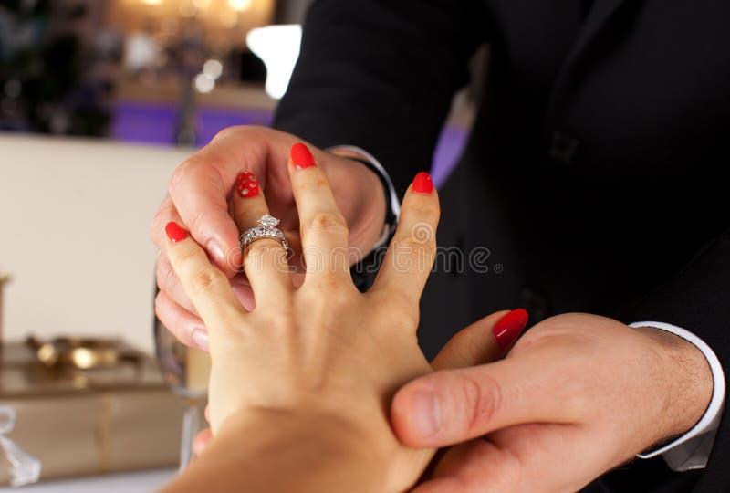 Elegante mens die verlovingsring geven aan zijn meisje royalty-vrije stock foto's