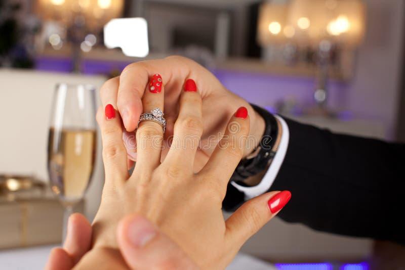 Elegante mens die verlovingsring geven aan zijn meisje royalty-vrije stock foto
