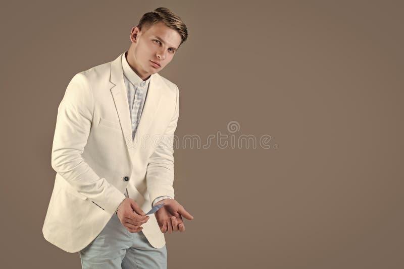 Elegante mens in kostuum Mensen verbergende zaken of betaalpas in koker stock foto