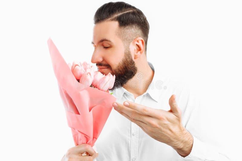Elegante mens met een baard die een boeket van tulpen houden, een gift voor de Dag van Valentine royalty-vrije stock foto