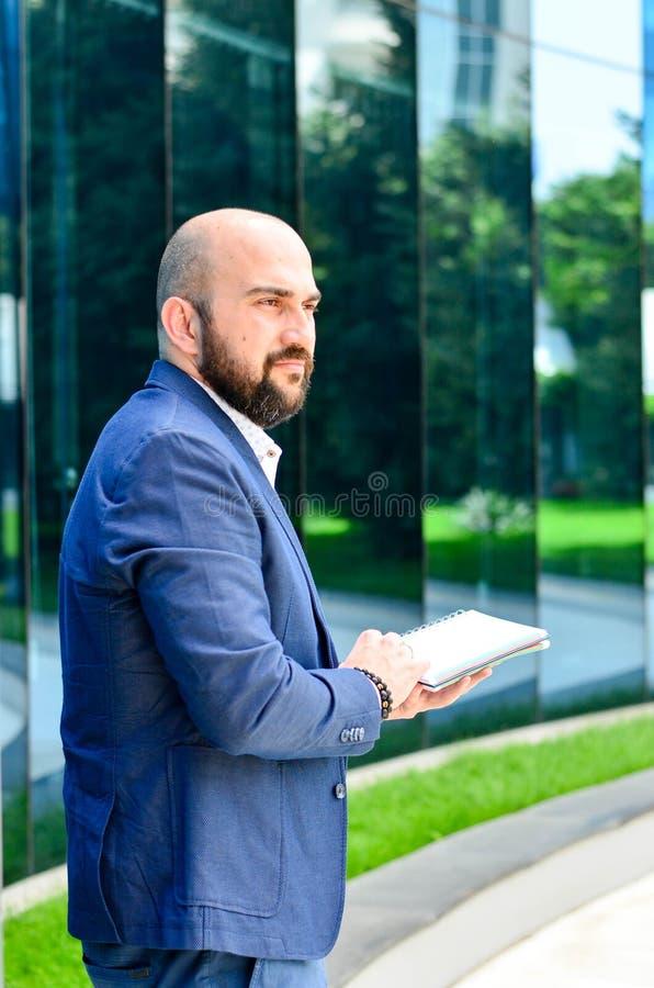 Elegante mens openlucht royalty-vrije stock foto's
