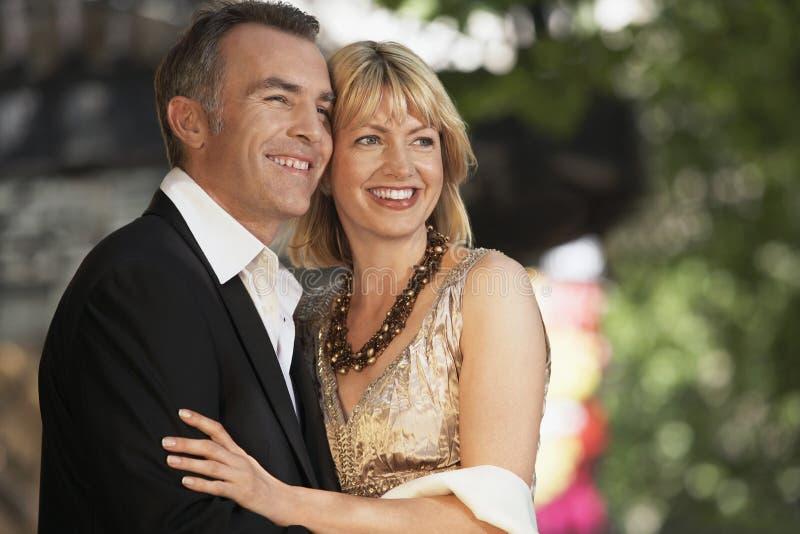Elegante Mitte gealterte Paare auf London-Straße lizenzfreie stockfotografie