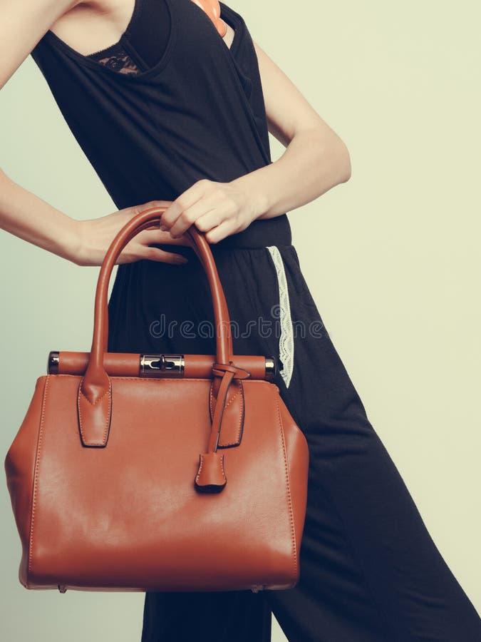 Elegante Modefrau mit Lederhandtasche lizenzfreie stockfotos