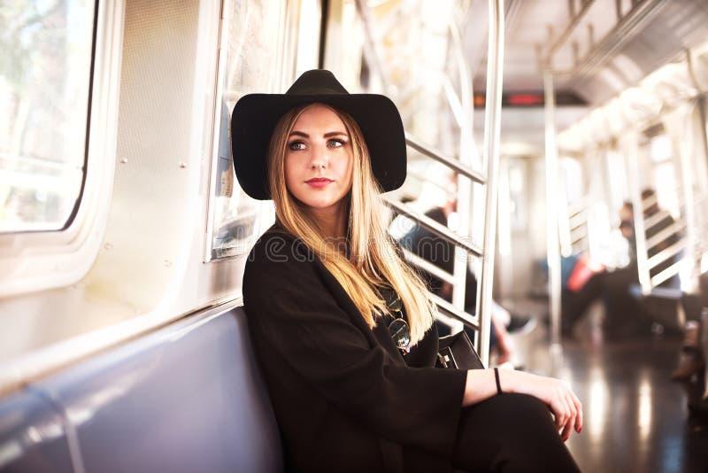 Elegante ModeGeschäftsfrau in der Metro stockbild