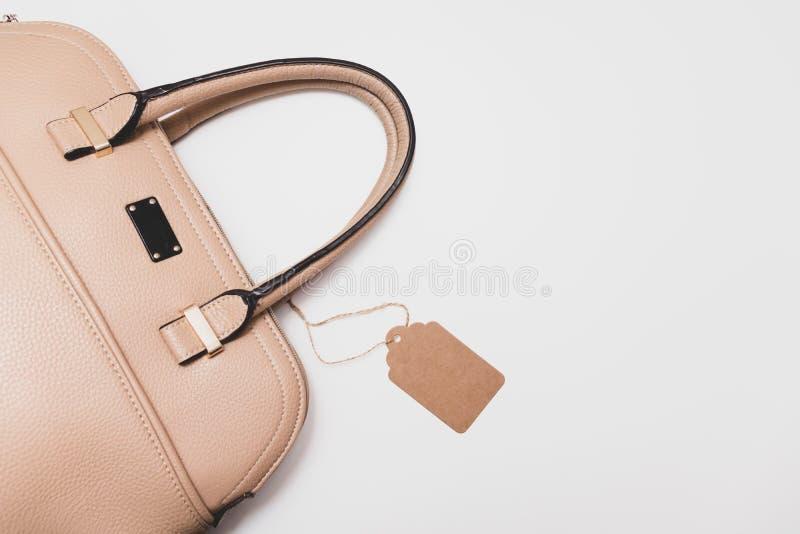 Elegante moderne formale beige Lederhandtasche für Geschäftsfrau auf weißem Hintergrund, modische minimalistic Luxusart mit lizenzfreies stockfoto
