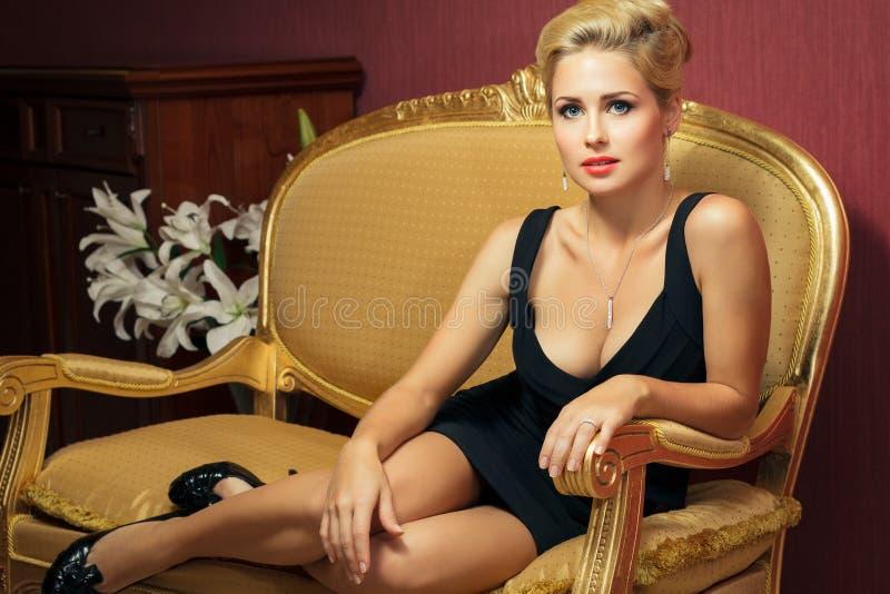 Elegante moderne Frau mit Diamantschmucksachen. stockfotografie