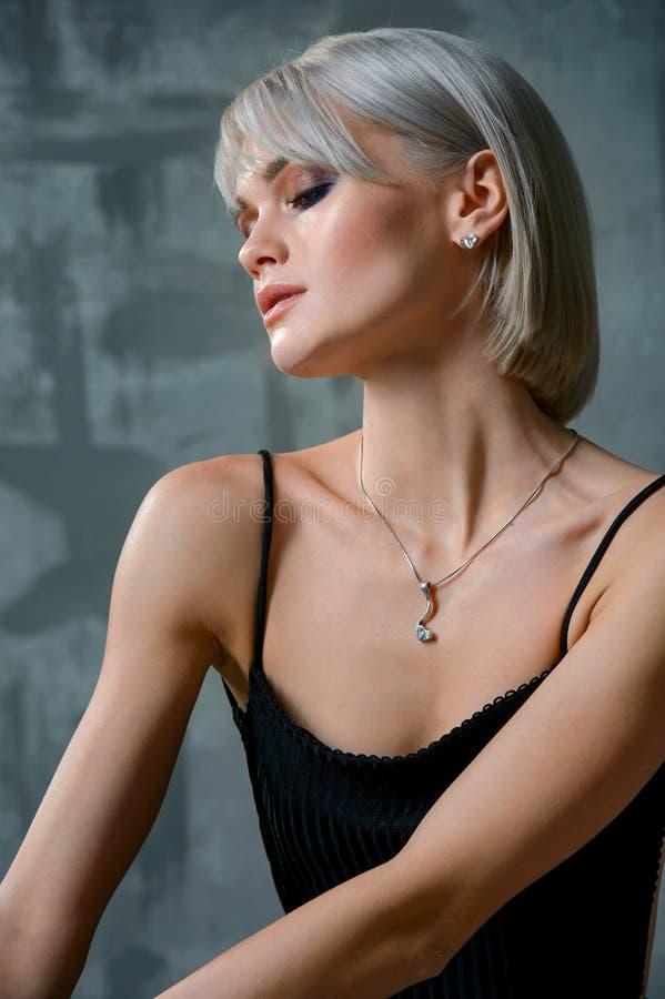 Elegante moderne Frau mit Schmucksachen Schöne Frau mit Halskette Junges Schönheitsmodell mit Anhänger Schmuck und Zubehör stockfotografie