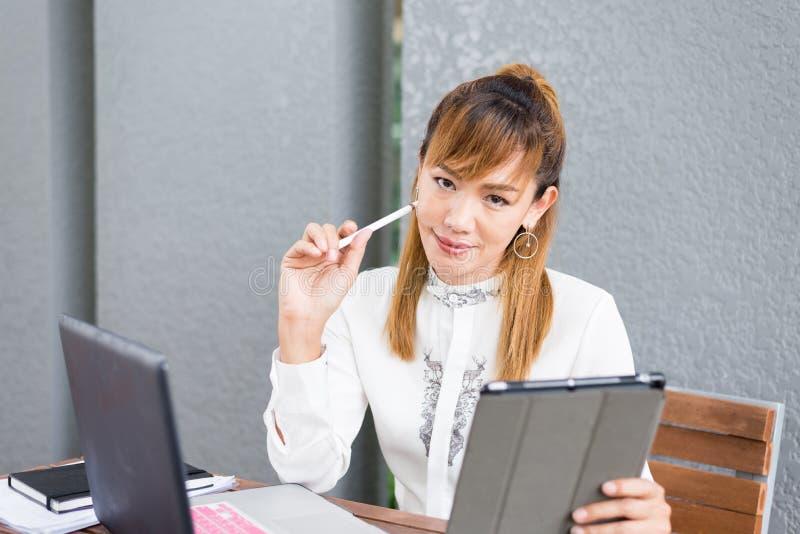 Elegante moderne Geschäftsfrau, die an Tablette arbeitet lizenzfreie stockbilder
