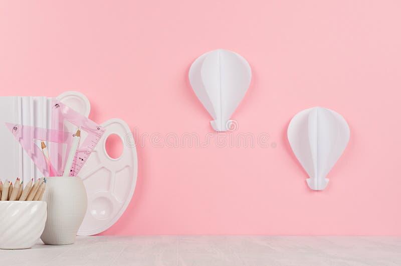 Elegante moderne ontwerperswerkplaats voor kunstenaar met witte kantoorbehoeften, palet, potloden en decoratieve document ballons royalty-vrije stock afbeelding