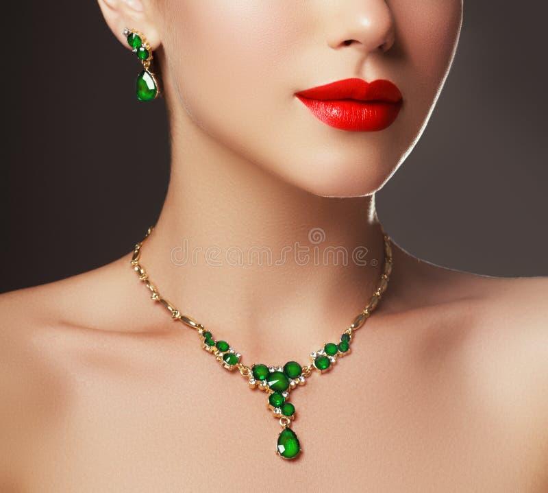 Elegante modieuze vrouw met juwelen Het concept van de manier royalty-vrije stock afbeeldingen