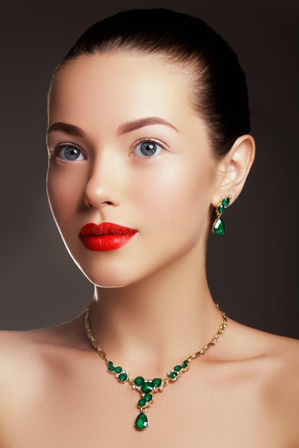 Elegante modieuze vrouw met juwelen Het concept van de manier stock foto