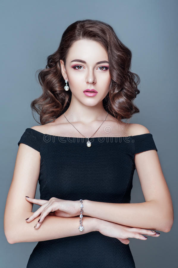 Elegante modieuze vrouw met juwelen Mooie vrouw met dure tegenhanger Juwelen en toebehoren royalty-vrije stock foto