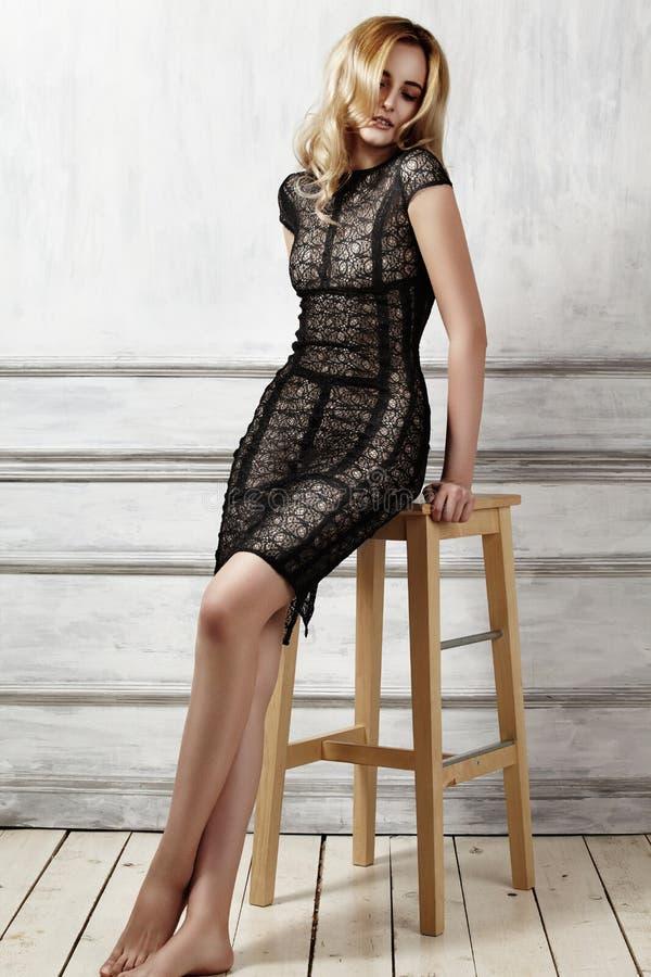 Elegante modieuze vrouw in zwarte kleding E r Glanzend haar Perfect sexy lichaam stock afbeeldingen