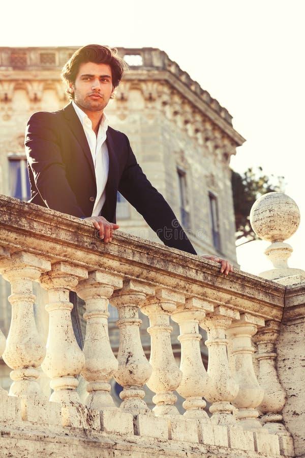 Elegante mooie bedrijfs peinzende Italiaanse mens Charmante prins royalty-vrije stock fotografie