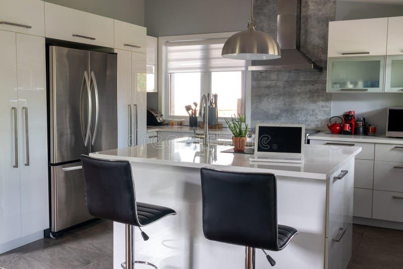 Elegante neue moderne Hauptküche mit Inselzähler stockfoto