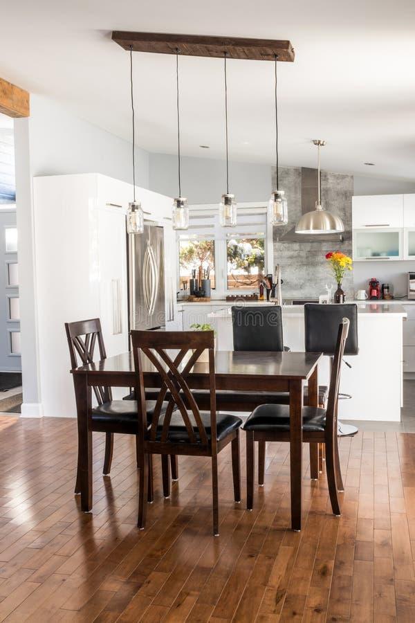 Elegante nieuwe moderne huiseetkamer royalty-vrije stock foto's