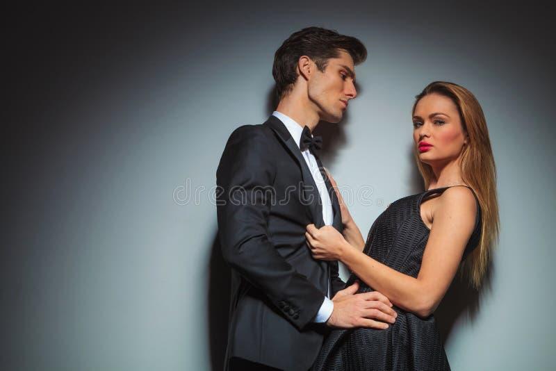Elegante Paare in der schwarzen Umfassung im Studio lizenzfreie stockfotografie