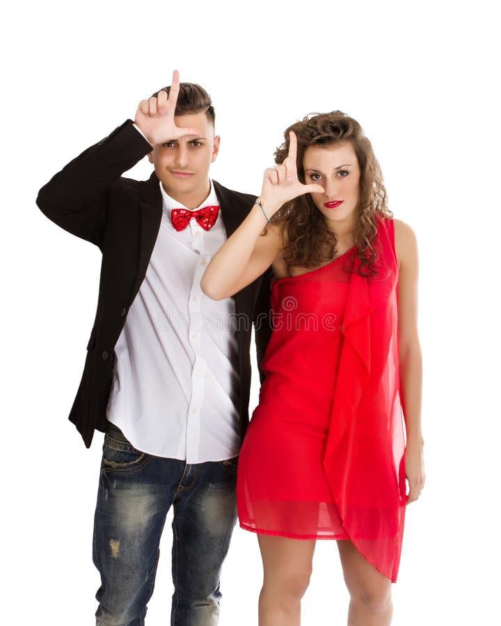 Elegante Paare in weißem Hintergrund L für Verlierer stockfotos