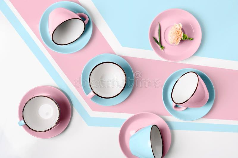 Download Elegante Porselein Blauwe En Roze Koppen Op Abstracte Achtergrond Stock Afbeelding - Afbeelding bestaande uit saucer, leeg: 114225341