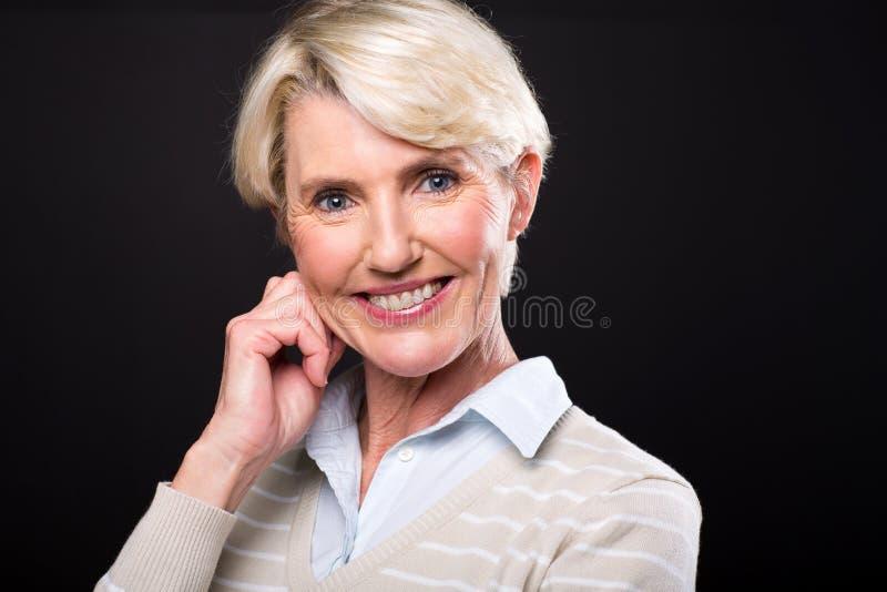Elegante reife Frau lizenzfreie stockbilder