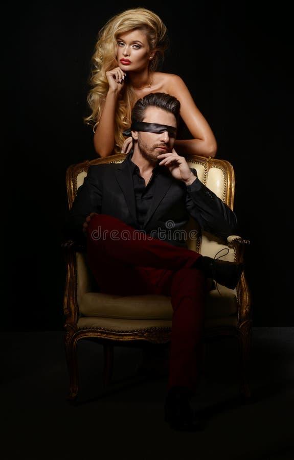 Elegante reizende Paare stockfotos