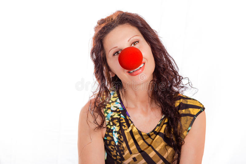 Elegante rijpe vrouw met rode clownneus stock fotografie