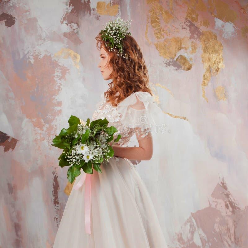 Elegante roodharige meisjesbruid Jonge mooie vrouw in huwelijkskleding stock fotografie